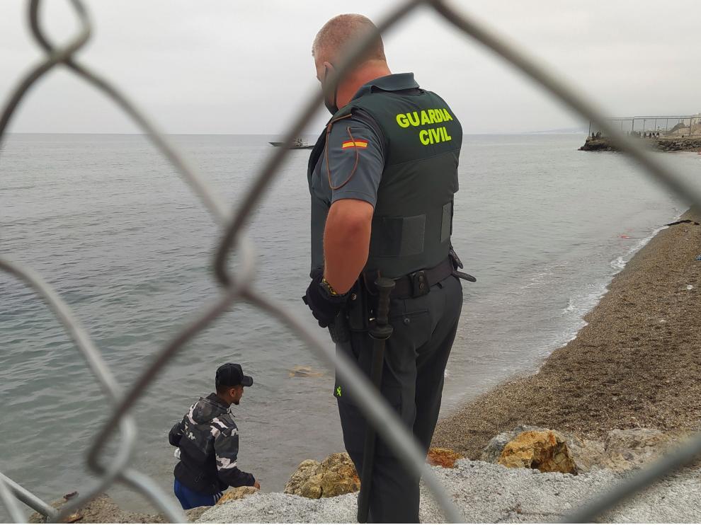 El Ejército de tierra se despliega en Ceuta ante la llegada masiva de migrantes.