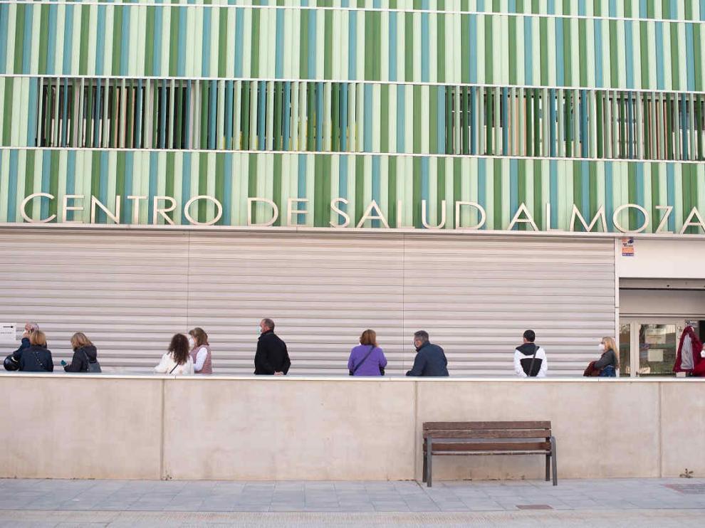 FIlas para la recibir la vacuna de la covid-19 en el centro de salud de La Almozara de Zaragoza.