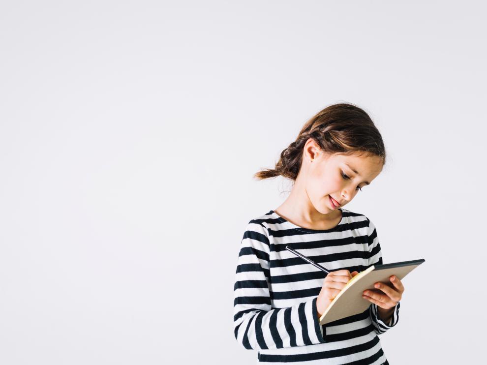 Llevar un diario emocional para escribir cómo se han sentido durante el día les ayudará a reflexionar.