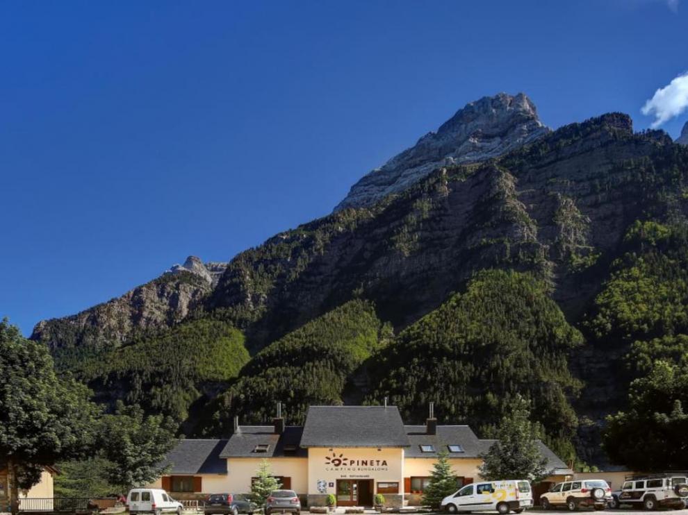 El campin de Pineta está rodeado de montañas.