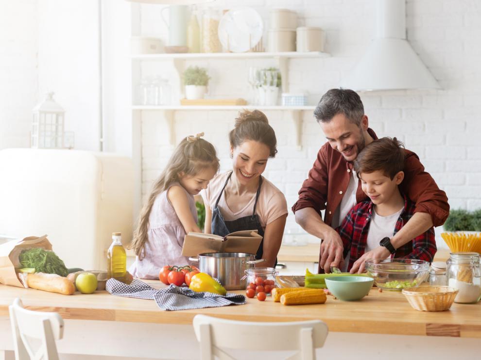 Familia cocinando de forma saludable en la cocina