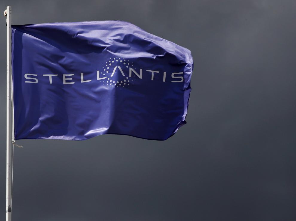 [[[HA ARCHIVO]]] Fecha: 12/05/2021 Autor: REUTERS descri: FILE PHOTO: A flag with the logo of Stellantis is seen at the companys corporate office building in Saint-Quentin-en-Yvelines near Paris, France, May 5, 2021. REUTERS/Gonzalo Fuentes/File Photo[[[REUTERS VOCENTO]]] STELLANTIS-SEMICONDUCTORS/TAVARES [Original: 2021-05-12T120827Z_1766878091_RC2CEN92JNCE_RTRMADP_3_STELLANTIS-SEMICONDUCTORS-TAVARES.JPG] //REU// notas: Fecha de entrada:13/05/2021