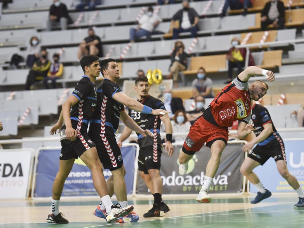 Asier Nieto ensaya un lanzamiento durante el partido con el Sinfín.