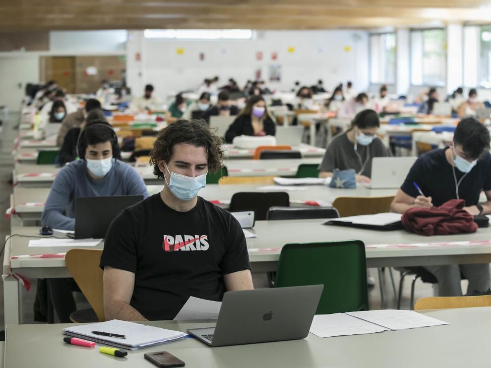Jóvenes en la sala de estudio de la Facultad de Economía y Empresa