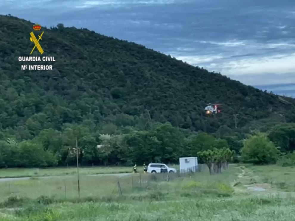 El helicóptero de la Guardia Civil recogió a los especialistas del Greim en Boltaña para ir al lugar del accidente.