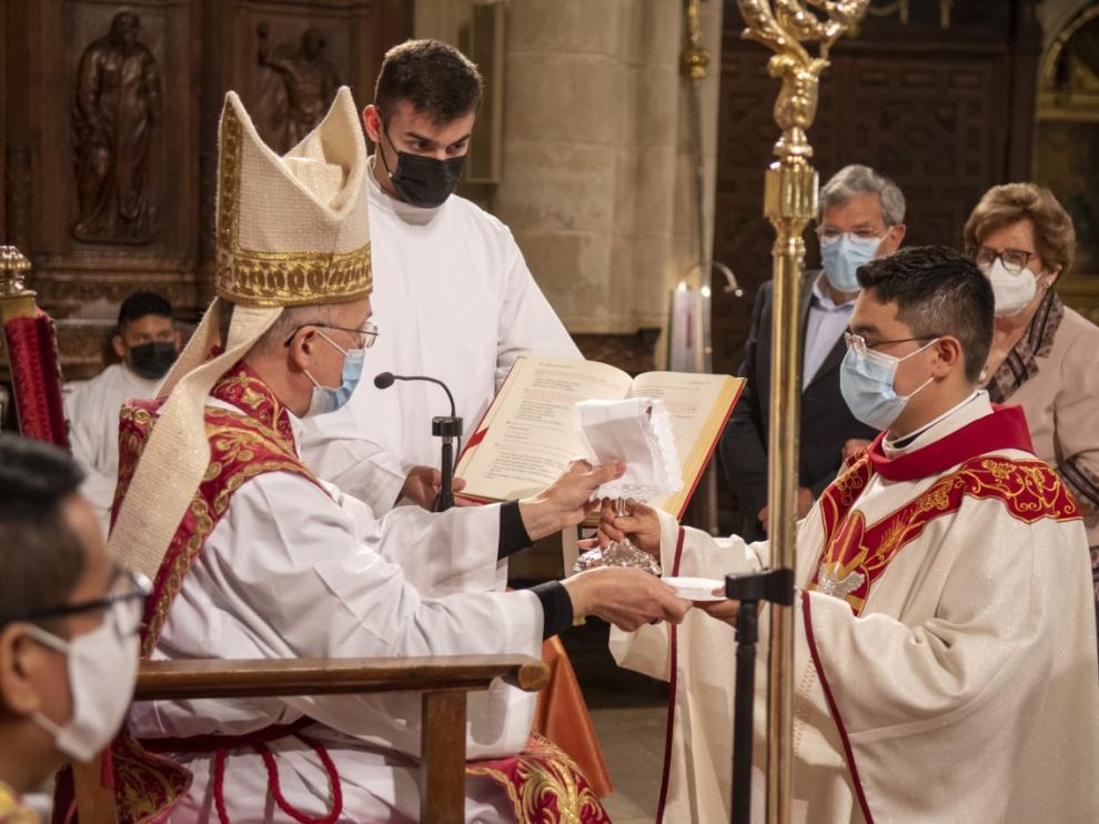 Momento de la ordenación sacerdotal de Kevin de Jesús Urbina presidida el domingo 23 de mayo por el obispo Julián Ruiz en la catedral de Huesca.