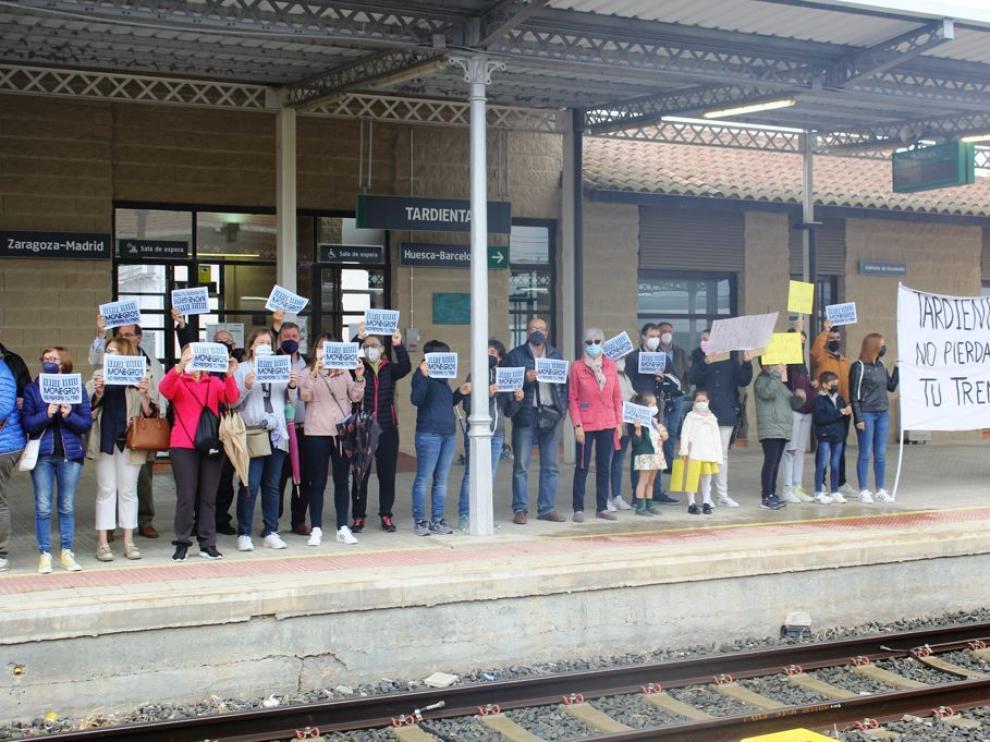 Protestas en los andenes aragoneses para reivindicar los trenes regionales