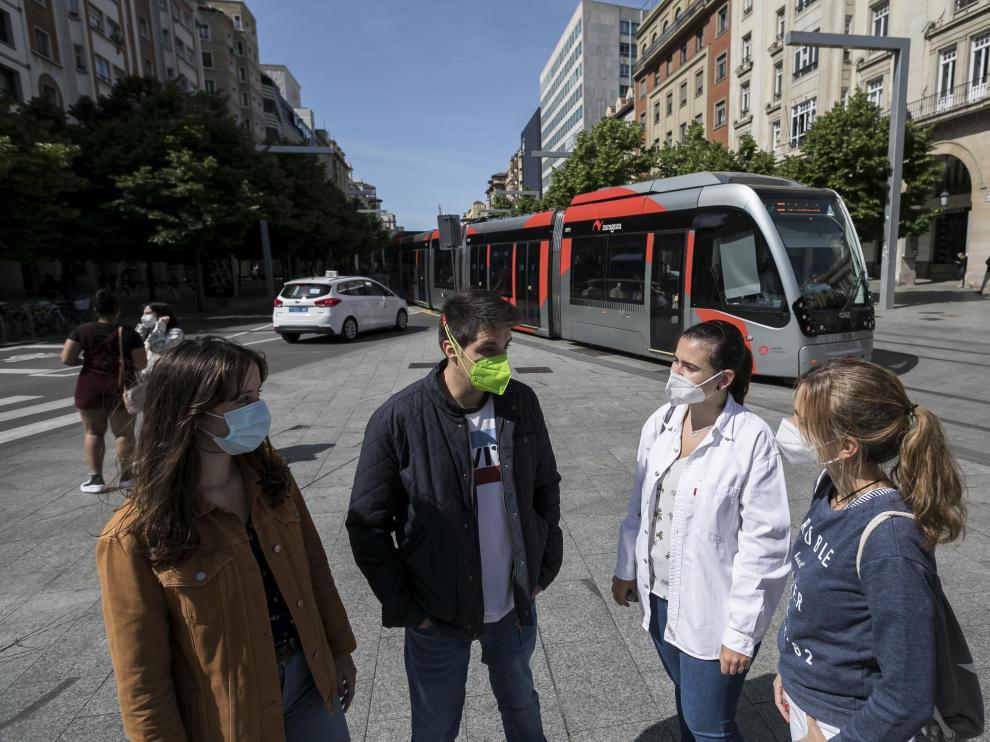 Raquel Páramo, Alexander Bilderbeek, Marta Blasco y Lorena Franco, futuros residentes de Medicina, en la plaza de España de Zaragoza.