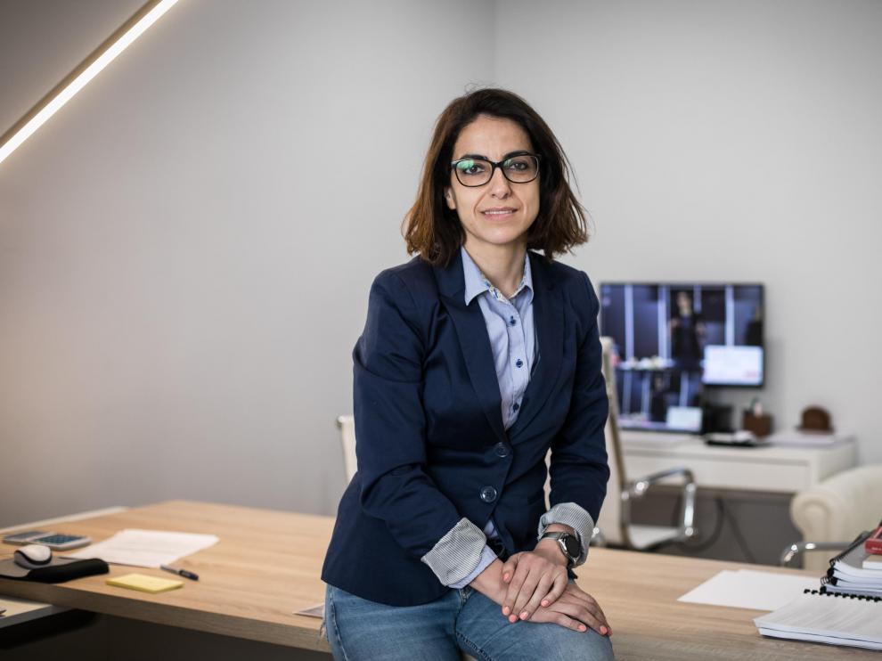 La abogada zaragozana Raquel Ginés, en su despacho en Zaragoza.
