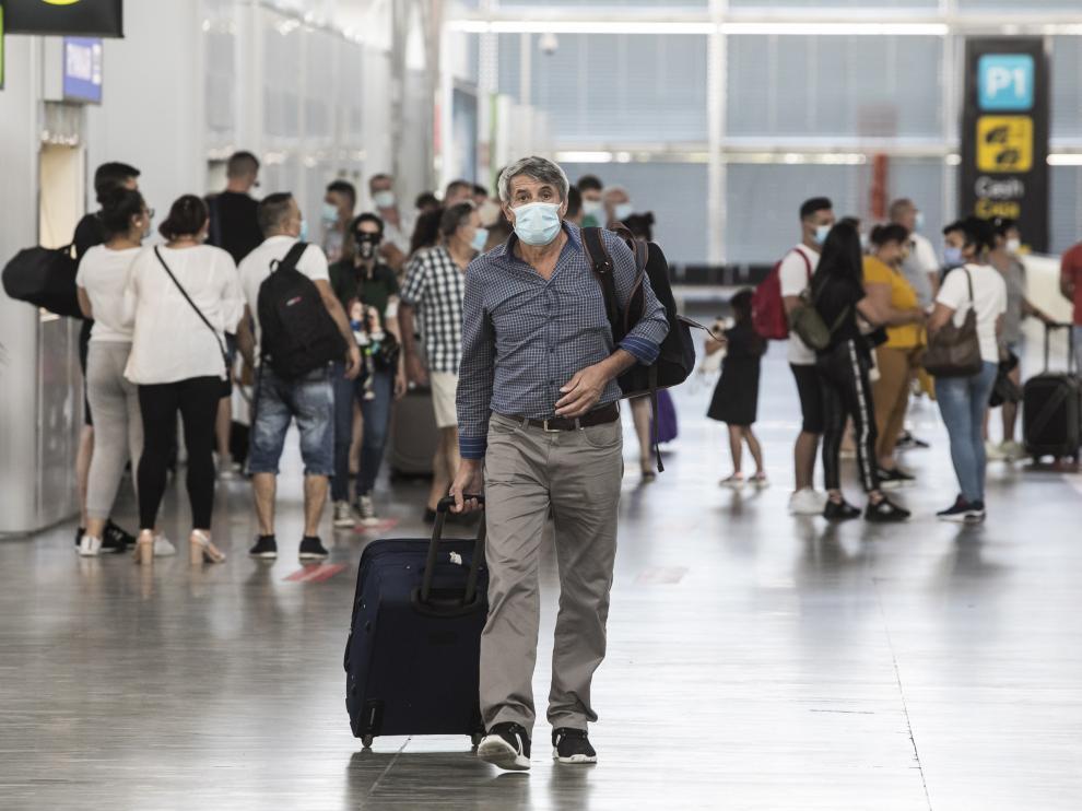 Viajeros con mascarilla en el aeropuerto de Zaragoza.