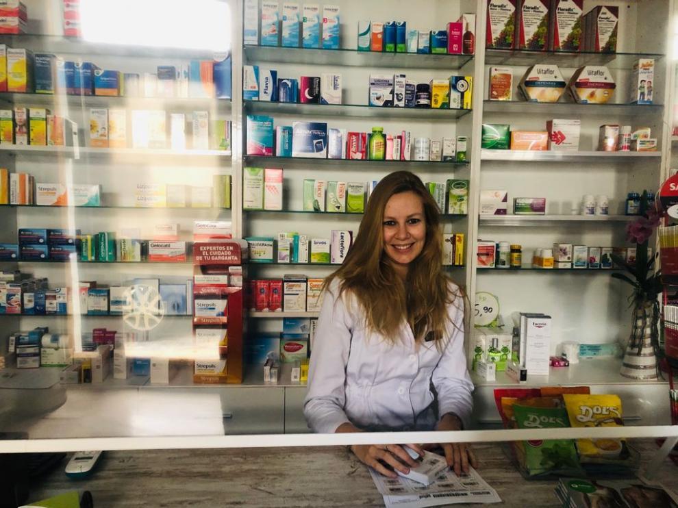 Marta Mozota, natural de Aínsa, regenta la farmacia de Bielsa