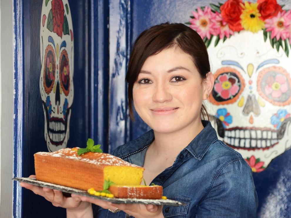 Claudia Sigala, con el pan de elote que elabora en Bravo Café.