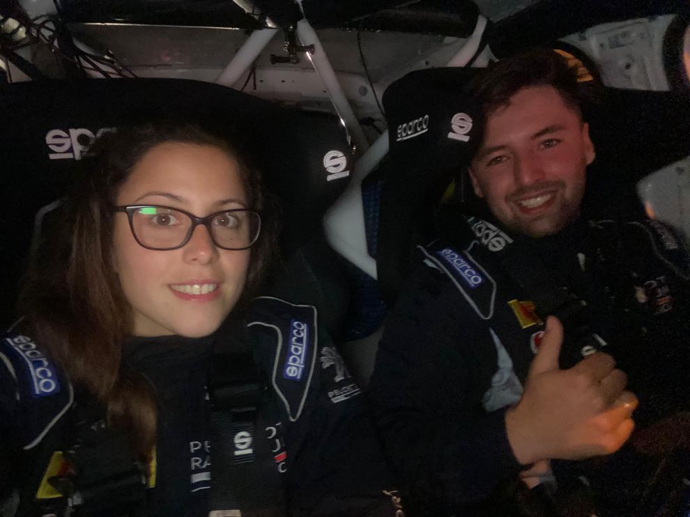 Coral Barroso, junto a su compañero Delbin García, dentro del vehículo con el que compiten.