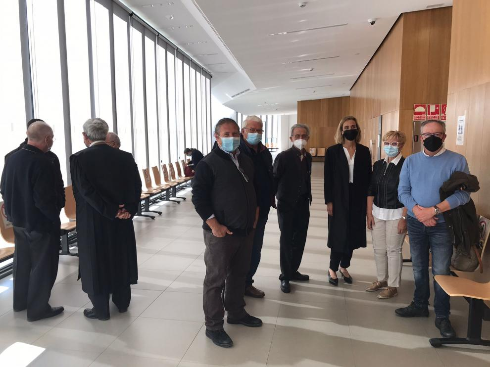 En el centro, el alcalde de Alberuela de Tubo, José Manuel Penella, junto a otros testigos aportados por la letrada del Ayuntamiento, antes de entrar al juicio A la derecha, representantes de la diócesis.