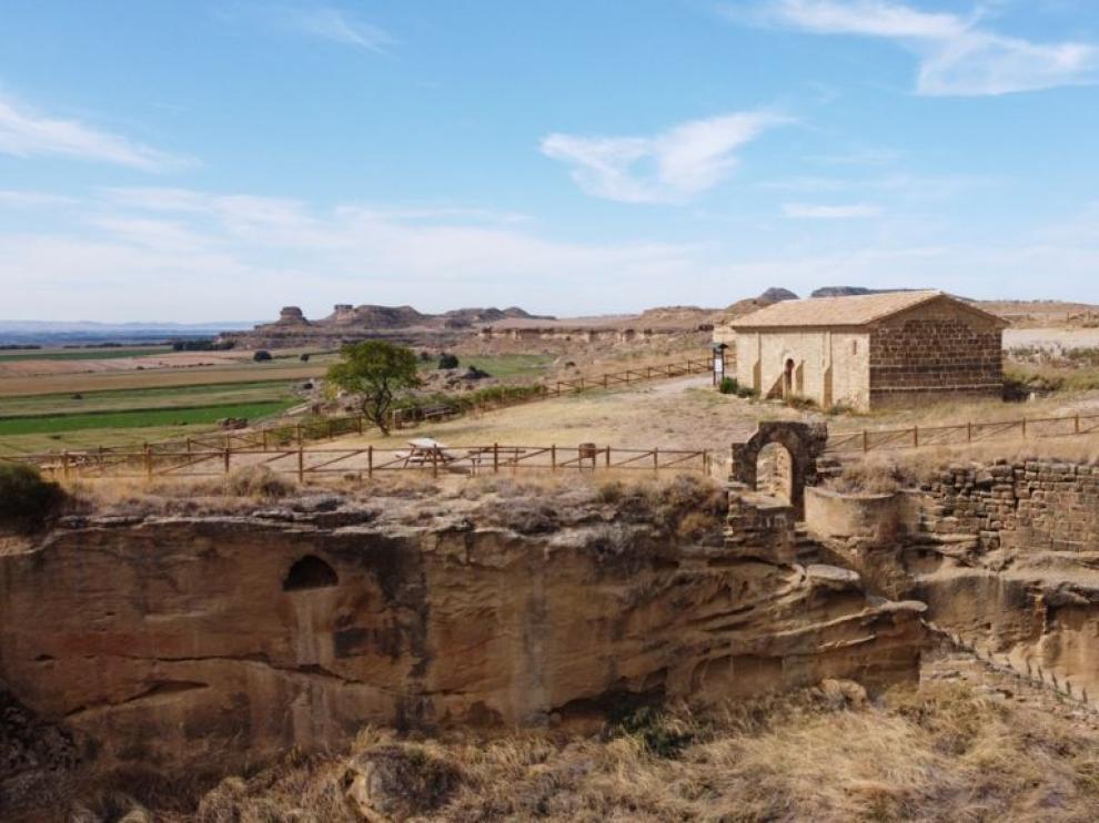 Imagen de la ermita en litigio, ubicada dentro del recinto del castillo musulmán de Alberuela de Tubo.