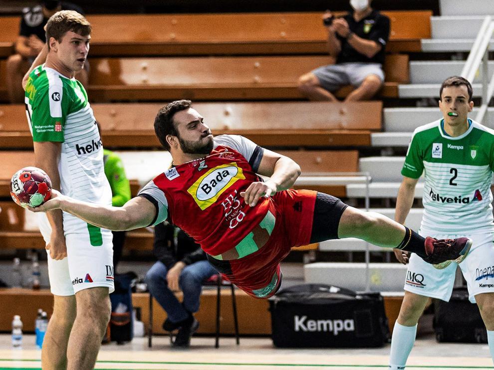 Iván Montoya realiza un lanzamiento durante el choque con el Anaitasuna.