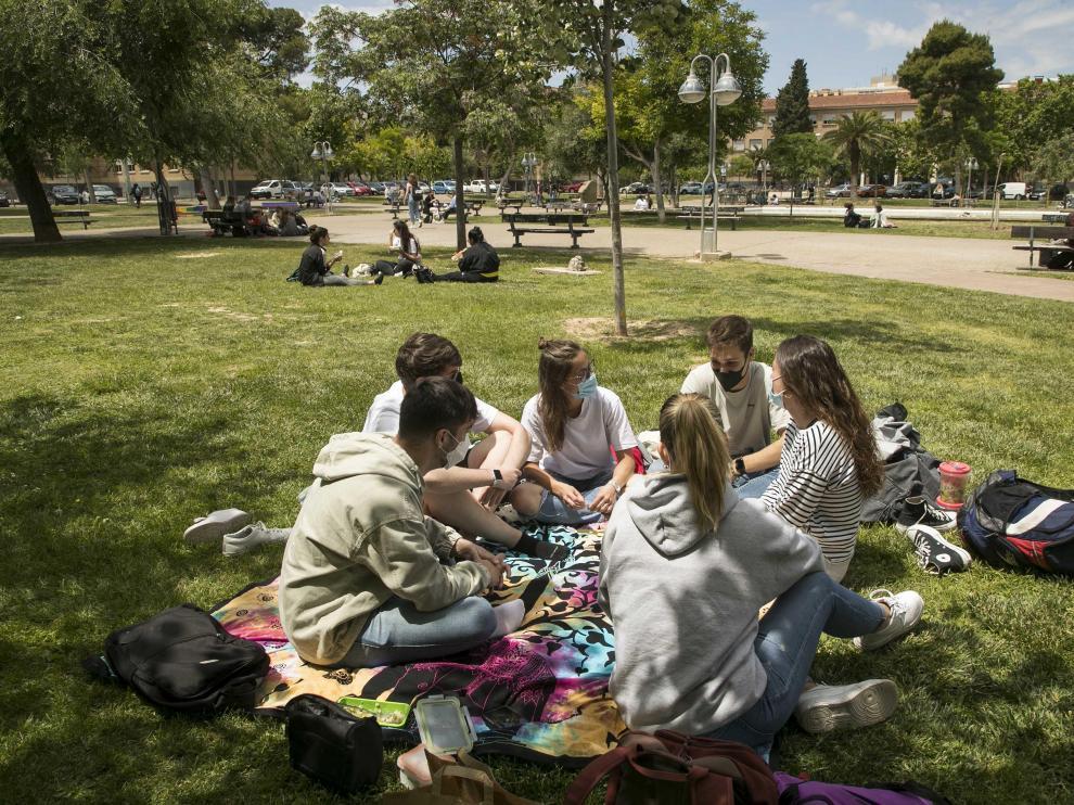 Un grupo de alumnos de Química y Biotecnología charla entre clase y clase en la Universidad de Zaragoza.