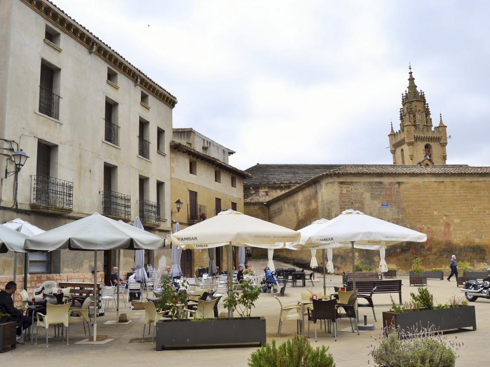 Una terraza, sin mucho ajetreo, en la plaza de Uncastillo.