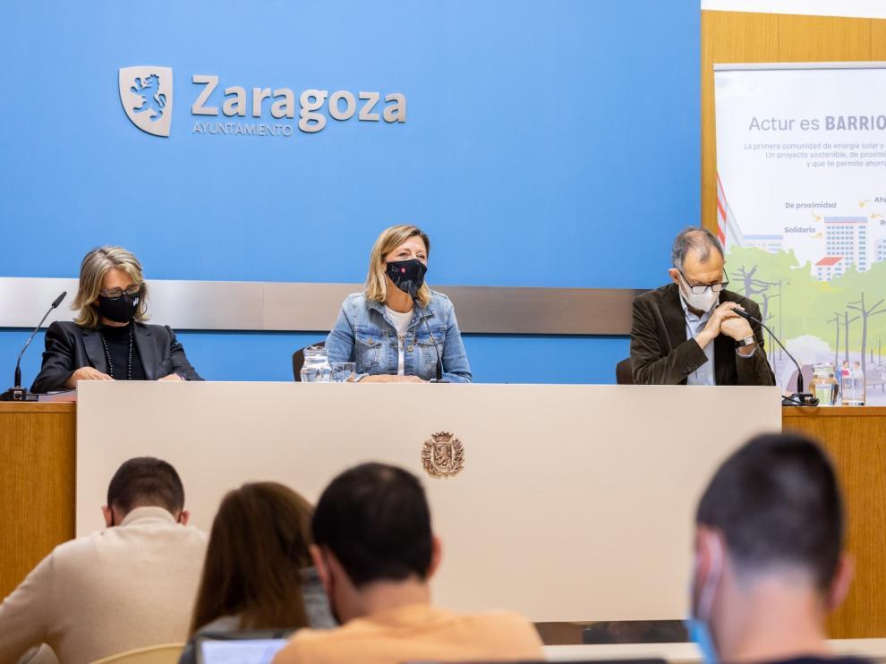 La concejal de Infraestructuras, Patricia Cavero, junto a la responsable de Actividades Transeversales de Fundación EDP, Jorgelina Expósito, y el director ejecutivo de Ecodes, Víctor Viñuales.
