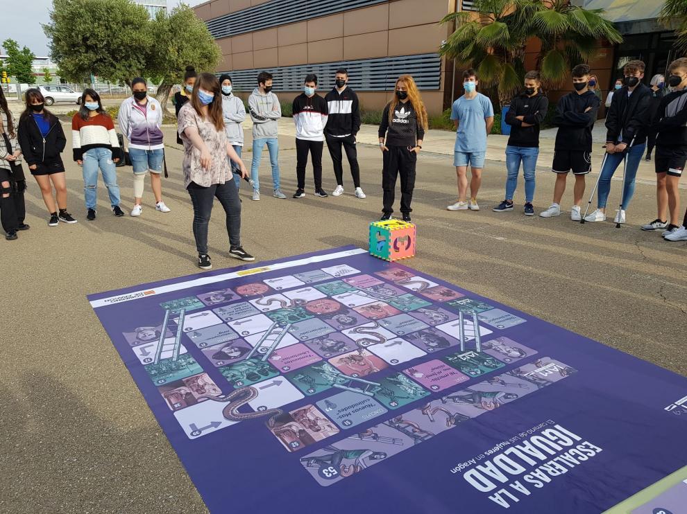 Alumnas y alumnos del IES Molinos han participado en el juego de mesa 'Escalera a la igualdad'