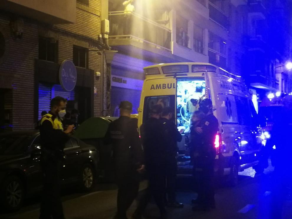 Los sanitarios estuvieron atendiendo a la víctima en una ambulancia antes de trasladarlo al Servet.