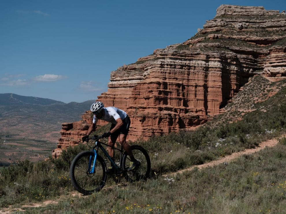 El ciclista de montaña Tomi Misser rueda por el entorno de la sierra de Armantes.