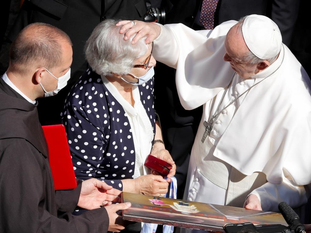 El Papa besa el número tatuado en un brazo de una superviviente del Holocausto
