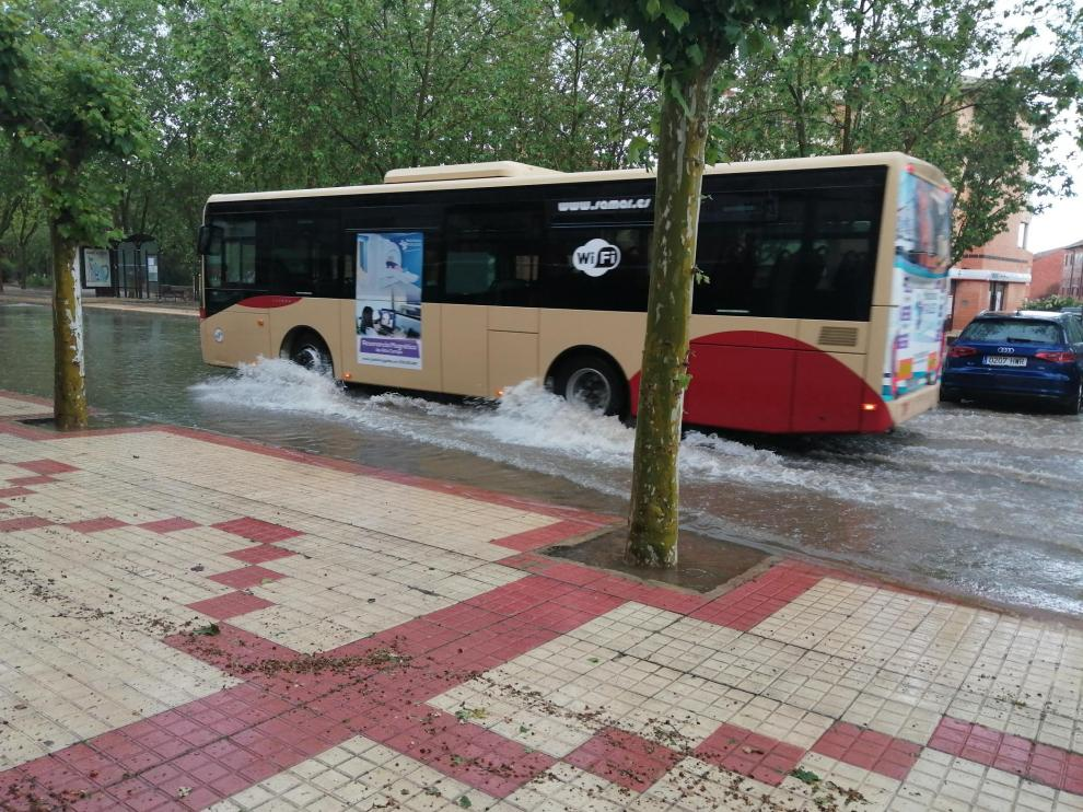 Una balsa formada en el barrio de la Fuenfresca a causa de la tormenta.