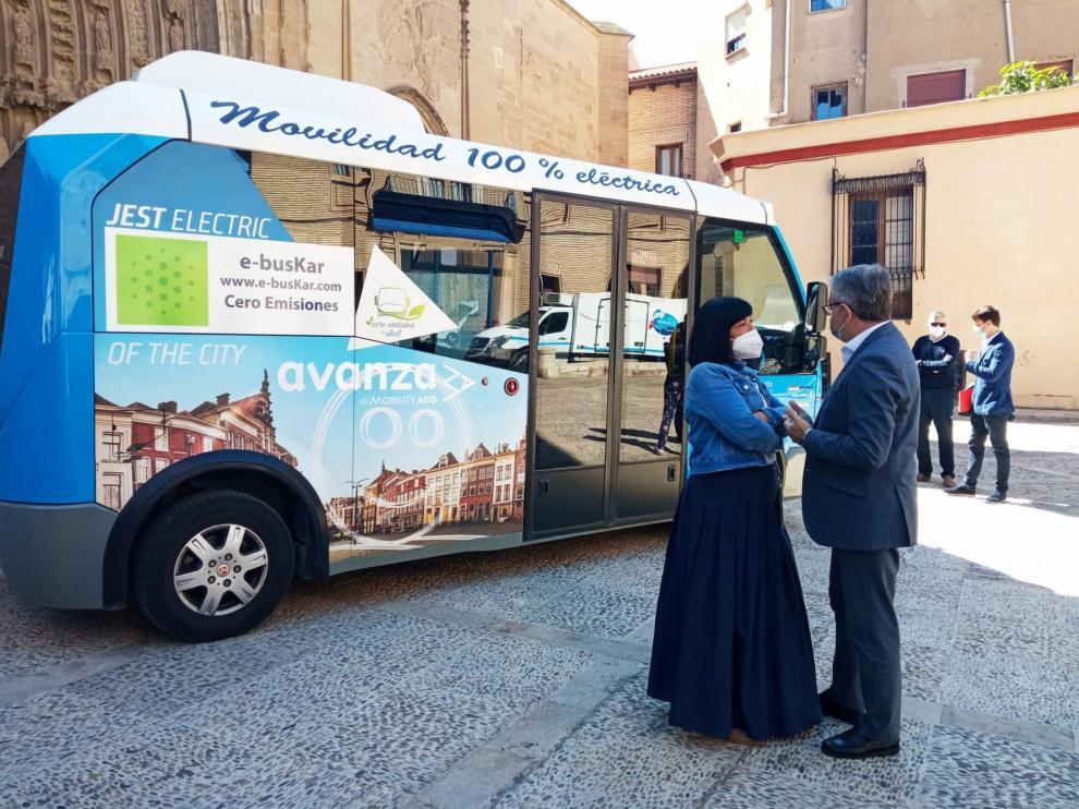Presentación de las pruebas del microbús eléctrico en la plaza de la Catedral.