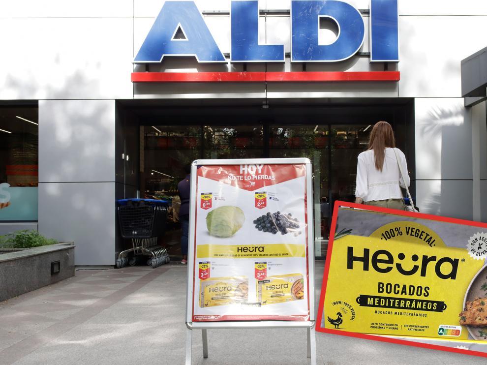 """Puerta de un Aldi, en Madrid, y detalle del producto que están vendiendo como """"pollo vegetal""""."""