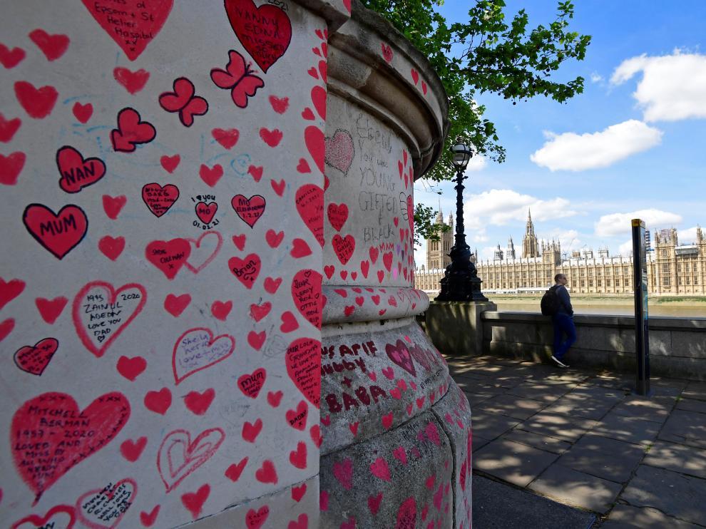 Dedicatorias a las víctimas del covid en el National Covid Memorial Wall en Londres, con el Parlamento al fondo