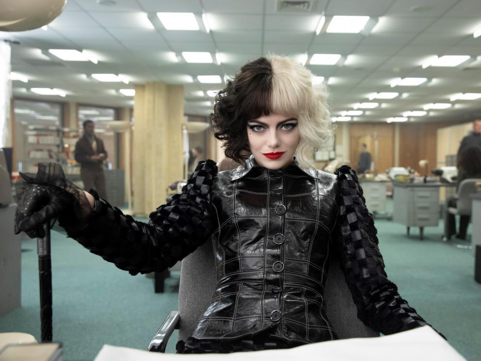 Emma Stone es Cruella de Vil en la película Cruella, que se estrena este viernes en cines y Disney+.