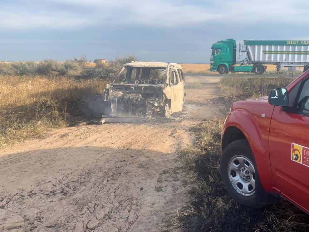 El incendio de un vehículo en un camino próximo a Fraga.
