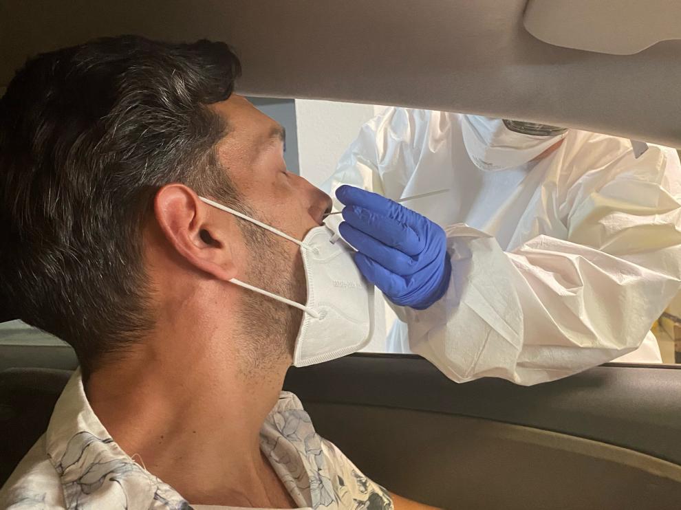 Un sanitario hace una PCR en Canarias.