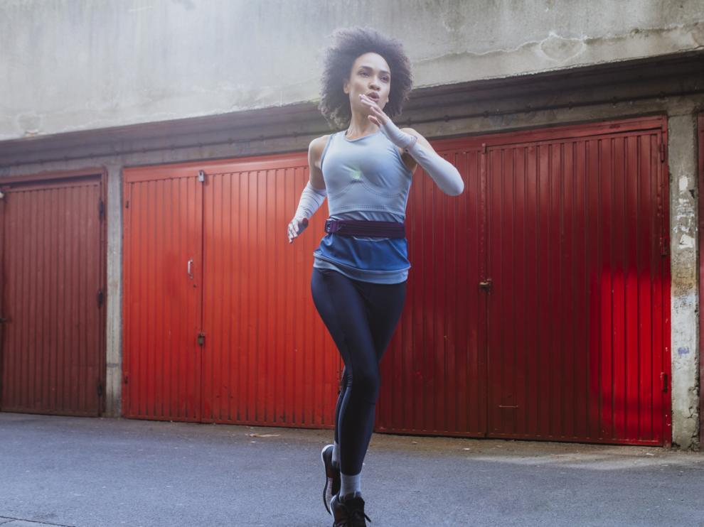 Mujer joven que sale a correr cada mañana para cuidar su salud
