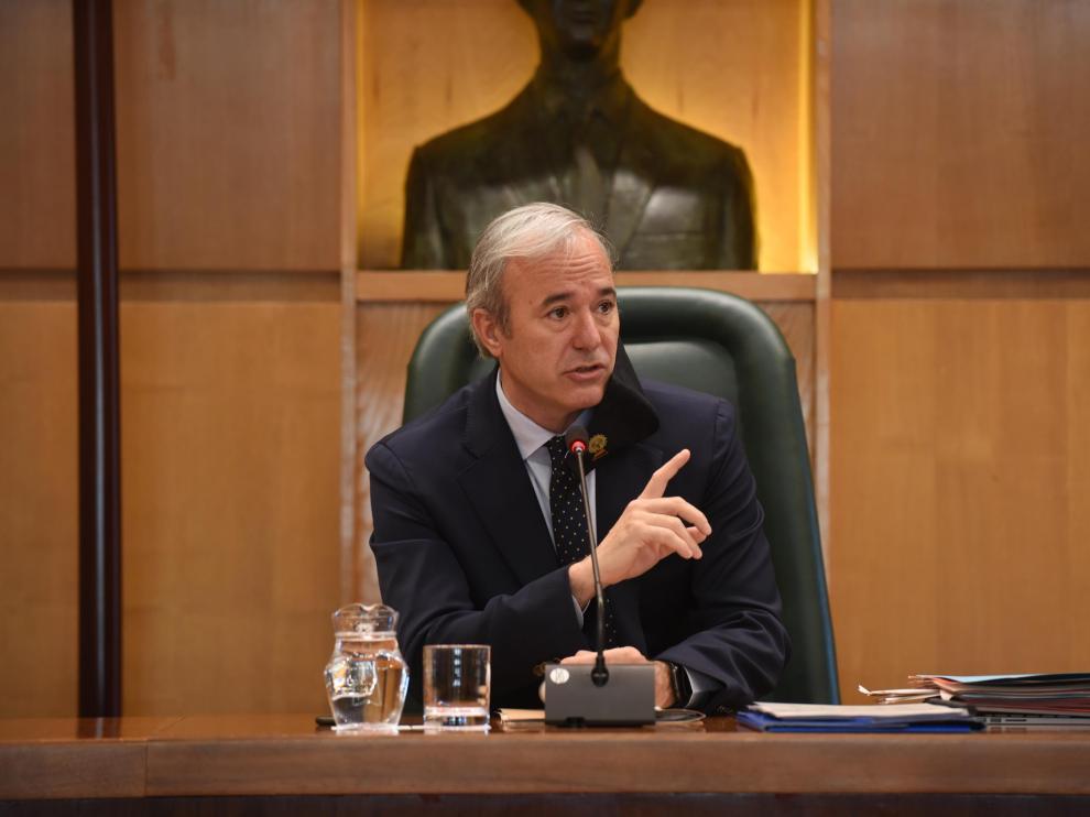 El alcalde de Zaragoza, Jorge Azcón, en el pleno de este viernes.