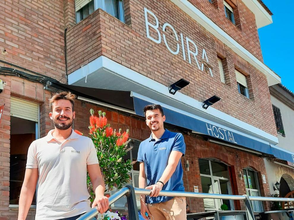 Los hermanos Ariste (Licer, delante, y Mascún, detrás) en el restaurante Boira de Sariñena.