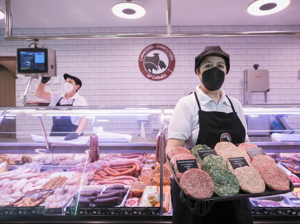 Carmen Vera muestra algunas de las variedades de hamburguesas que vende.