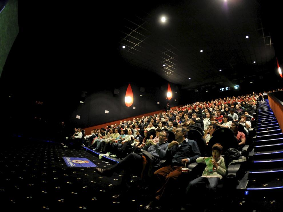 Proyección de un partido de fútbol del Real Zaragoza en los cines Yelmo de Plaza Imperial