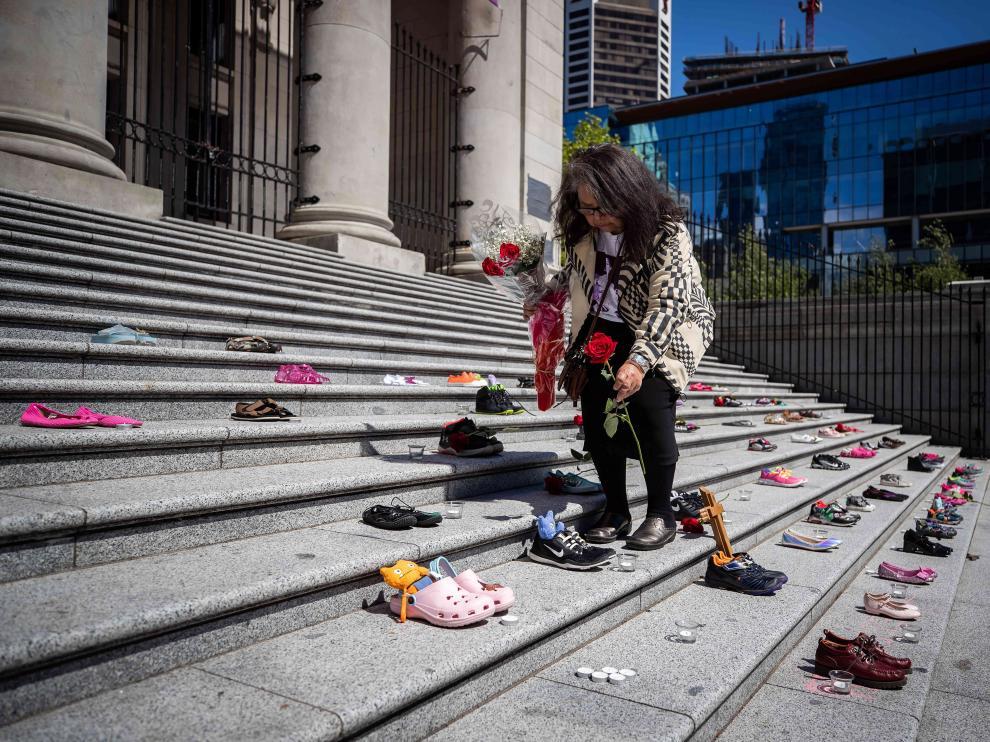 Homenaje a los 215 niños muertos hallados en un internado para indígenas de Canadá cerrado hace 40 años.