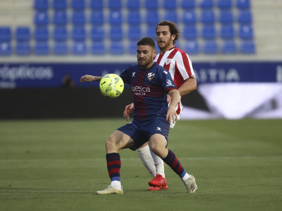 Javi Galán controla con el pecho durante el partido frente al Athletic.