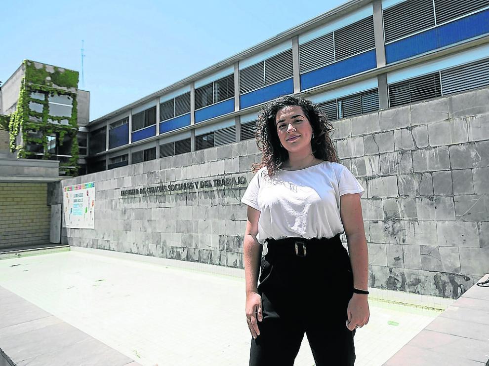 La estudiante Nuria Román, frente a la Facultad de Ciencias Sociales y del Trabajo.