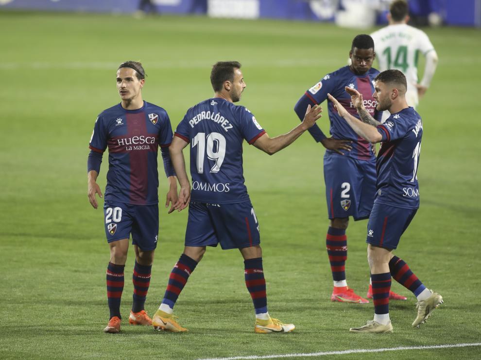 Pedro López choca las manos con Javi Galán, durante un partido de la SD Huesca.