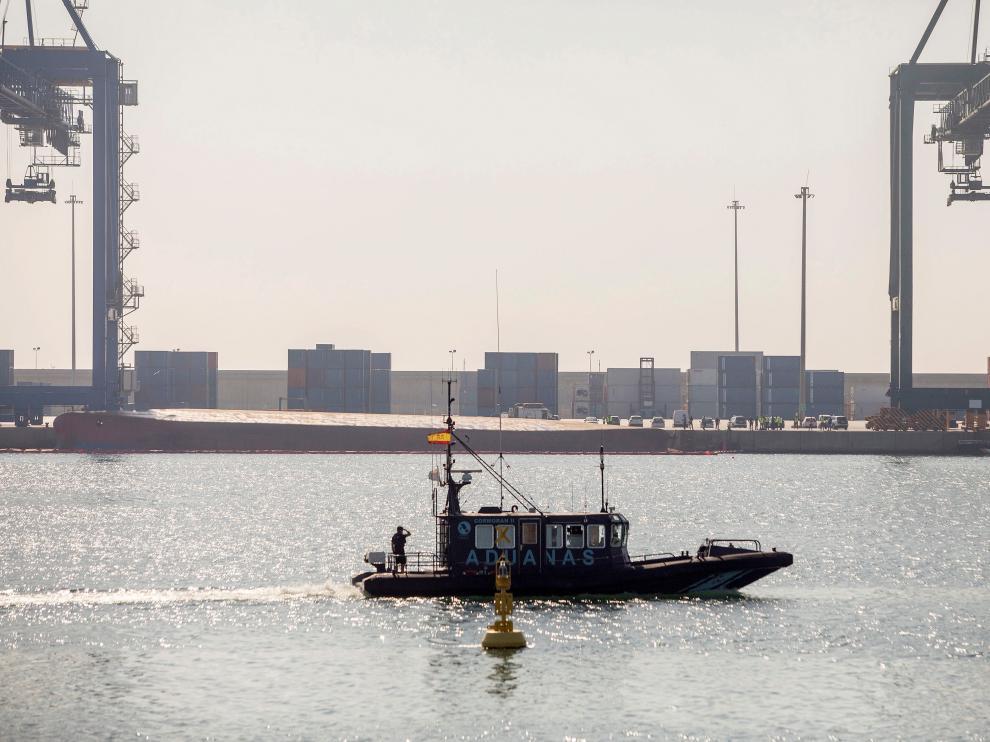 Tareas de búsqueda de los desaparecidos tras volcar un barco en el puerto de Castellón.