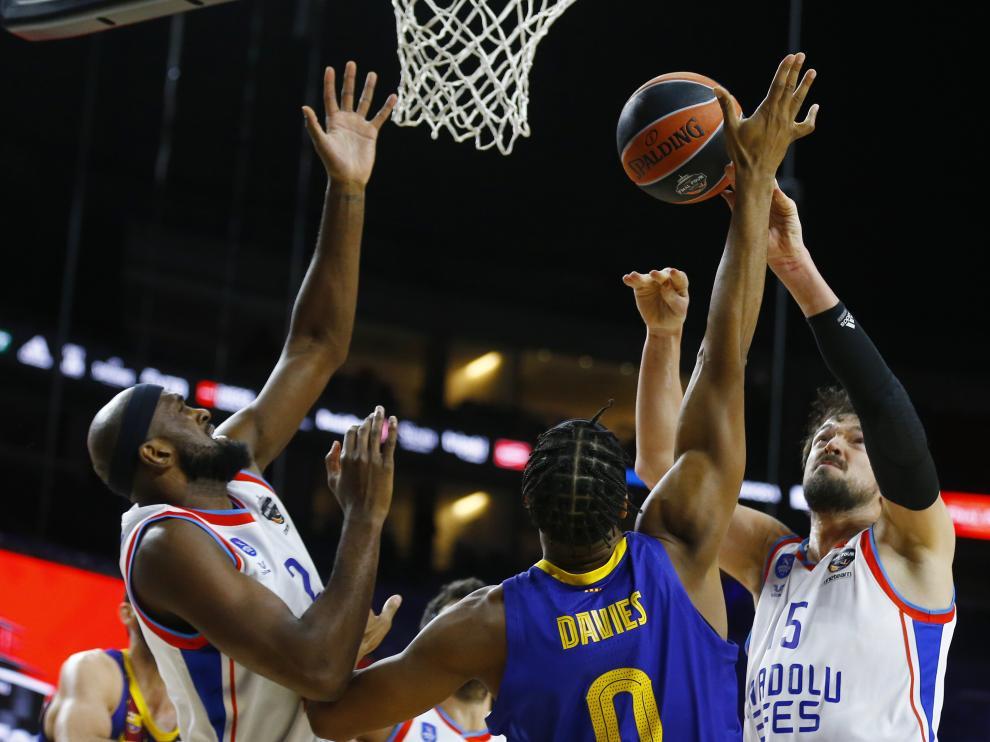 Hanga intenta poner oposición al ataque del equipo turco.
