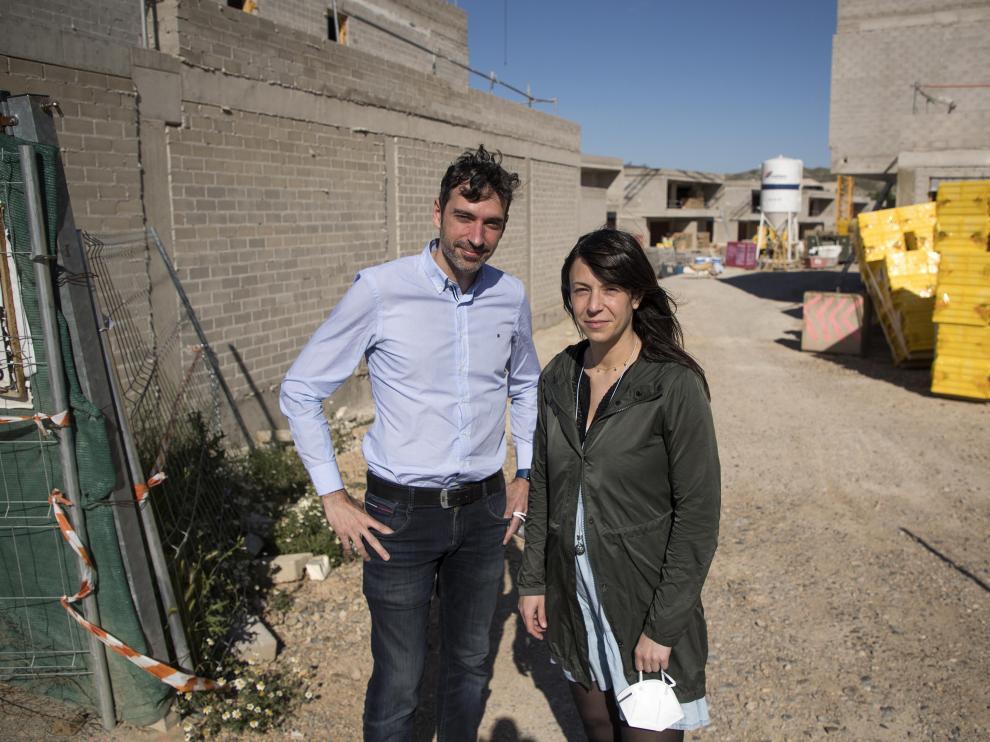 Fernando Poyo e Isabel Lafuente, junto a las obras del que será su futuro hogar en Cuarte.