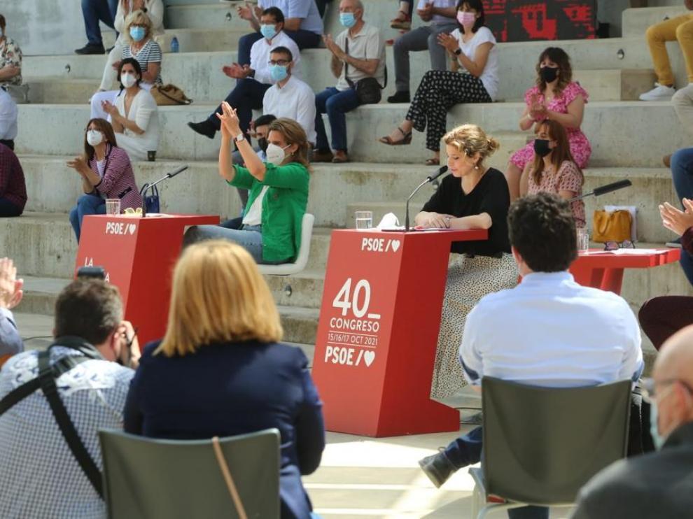 La ministra Teresa Ribera, de verde y aplaudiendo, en el acto celebrado en Huesca.