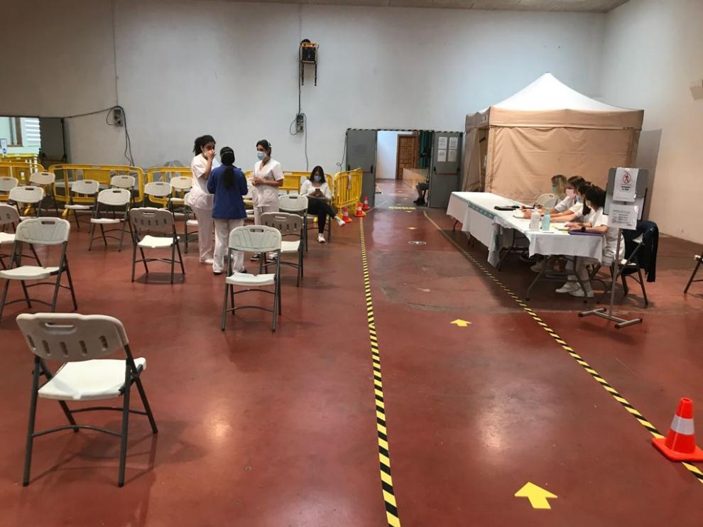 El centro de vacunación masiva de la asociación de vecinos de San Lorenzo, en Huesca, ha tenido una escasa afluencia de estudiantes este lunes para recibir Pfizer como segunda dosis.