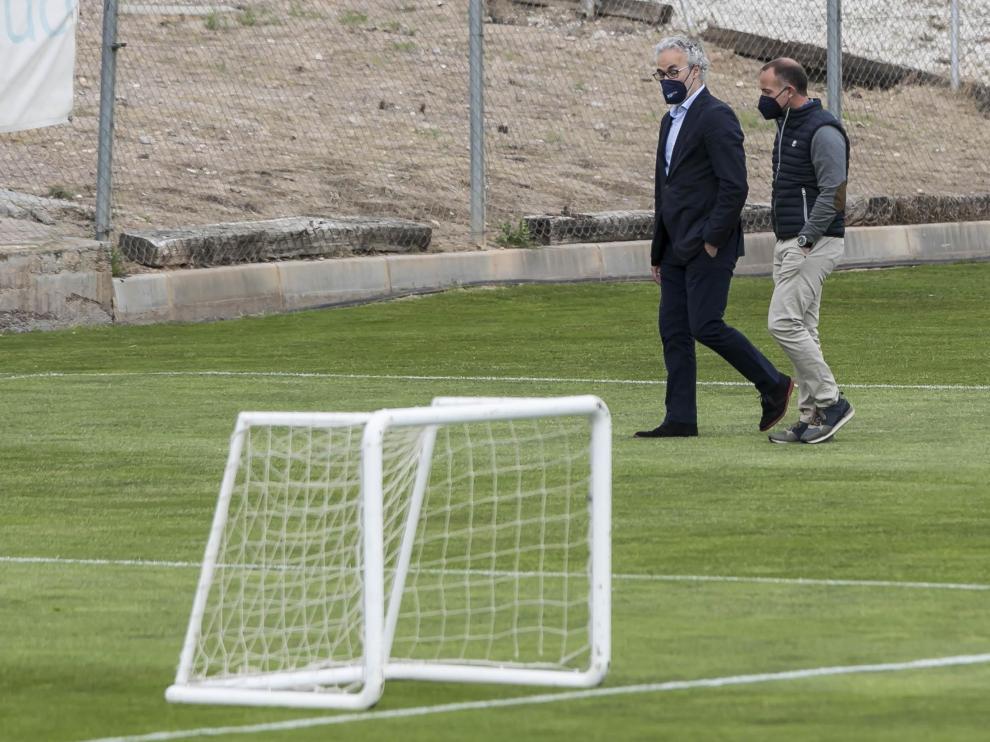 El director deportivo, Miguel Torrecilla, conversa con el presidente Christian Lapetra en los campos de la Ciudad Deportiva.