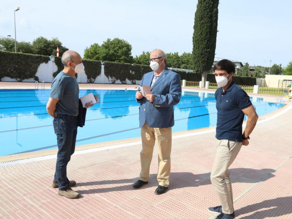 En el centro, el concejal de Deportes de Huesca, José María Romance, en su visita a las piscinas de San Jorge junto a técnicos del Patronato.
